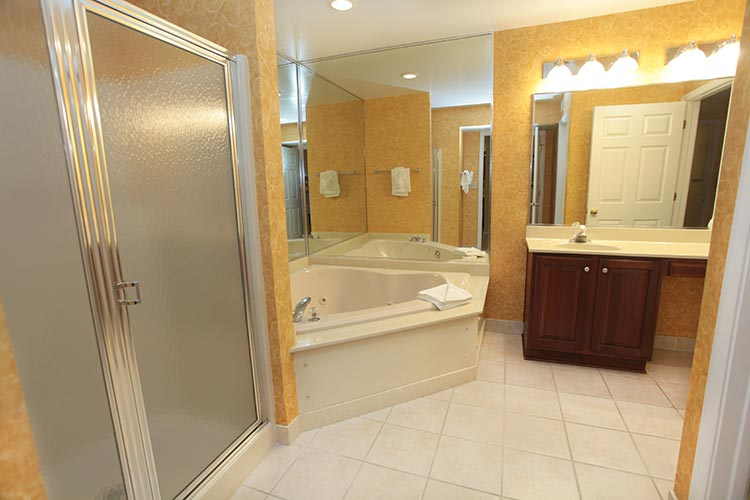 guest suite master bathroom with jetted tub and walk in shower, Williamsburg Plantation